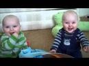 Двойняшки смеются