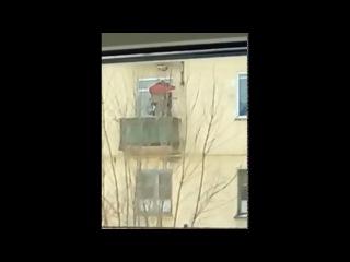 В Пензе пенсионер-инвалид поднимается в квартиру с помощью лебедки (Barnaul22)