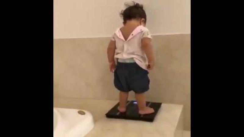 Küçük kız tartıda çıkan kilosuna şaşırıyor