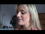 Красивая женщина готовится к новому году и рассказывает о своем опыте куни с молодым парнем [milf, mature, милф, мамки]