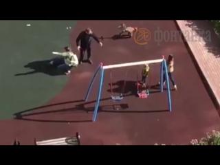 Неадекватная яжсобачница на детской площадке