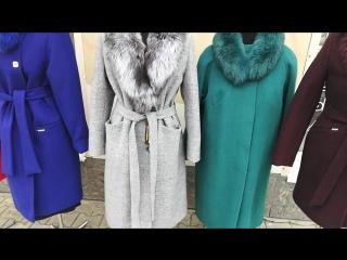 Зимние пальто с меховыми воротниками.
