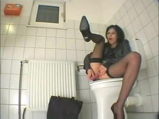 Мастурбация скрытая в туалете сообщение