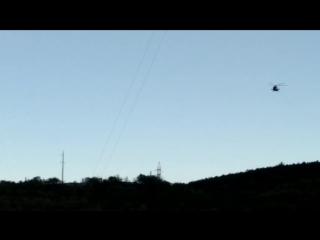 Военный вертолёт наворачивает круги рядом с упавшей ЛЭП