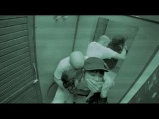 Во время страстного секса в раздевалке парень закрывает рукой рот девушки что бы не кричала