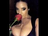 Angela White горячая зрелая сисястая мамка нюхает розу