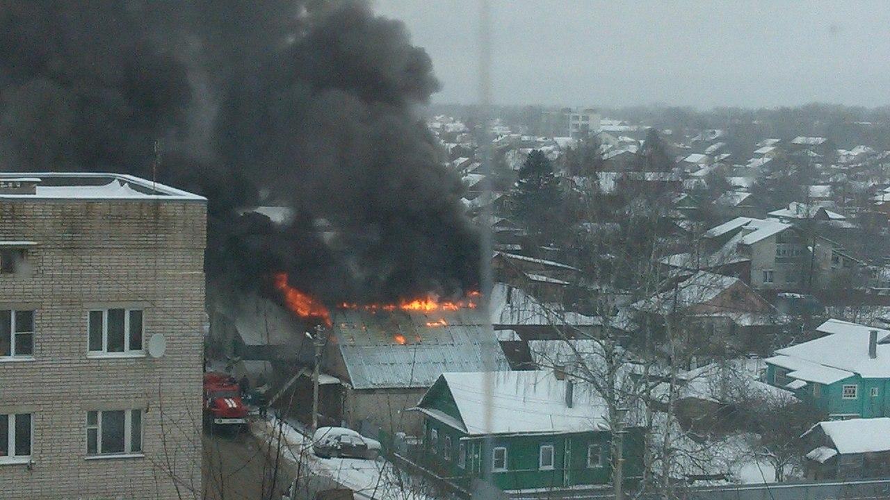 В Кимрах на улице Вагжанова сгорел дом с автомастерской | Фото | Видео