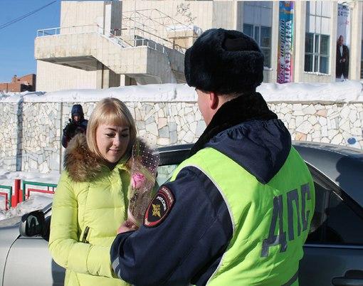 Усть-илимские инспекторы ГИБДД поздравили женщин с 8 Марта