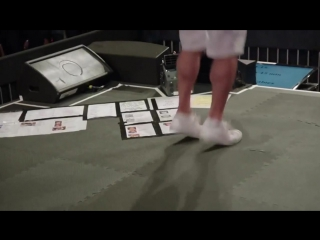 Тони Роббинс прыгает на батуте