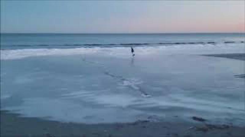 Hombre montando patines en una playa totalmente conjelada en el atlantico
