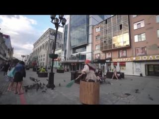 Баба Яга катит в ступе по городу