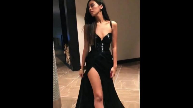 Шикарная молоденькая девочка с длинными ножками , маленькой грудью, сиськи , попка, секси , не порно