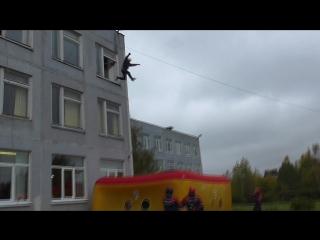 Кобец прыгает на куб.