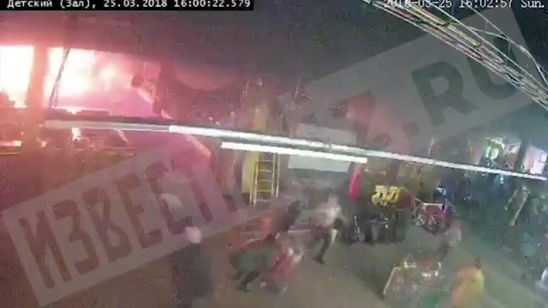 Камера видеонаблюдения зафиксировала момент возникновения пожара в ТЦ в Кемерове. РЕН ТВ РЕН ТВ (chunklist) (via Skyload)