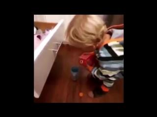мальчик разлил сок