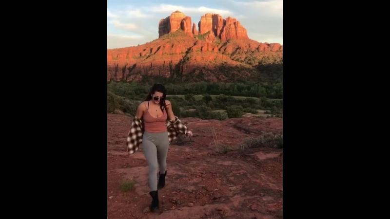 Keisha Grey скачет и весело трясет булками на природе