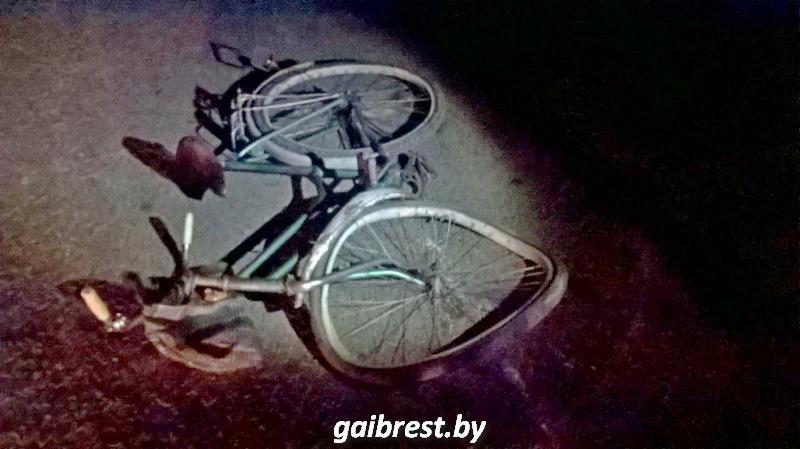 Пьяный мужчина с велосипедом лежал на проезжей части. На него наехал автомобиль AUDI