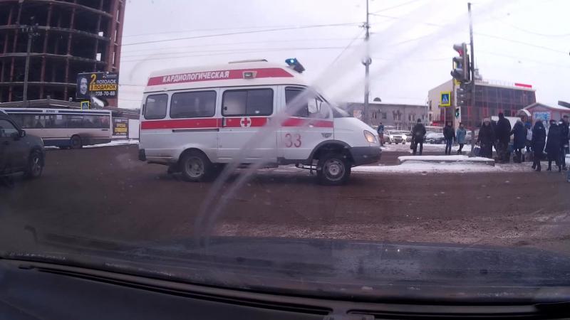 В Красноярске пешеходы не пропускают Скорую помощь