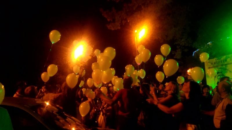Запуск светящихся воздушных шариков вместо салюта