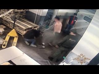 Охранники ЧОП избили покупателя магазина. Новый Арбат, Москва 25.05.2018