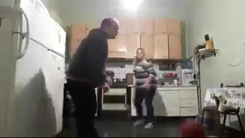 Поиграл в футбол на кухне