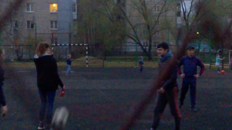 Так и вспомнишь НАШЕ детство... 😉 Гимнастки тоже играют в футбол!