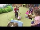 Максим и Вероника кидают мяч ⚽️
