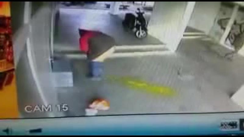 Мужик срёт поносом на заправке ЖЕСТЬ