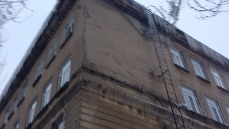 Куда смотрят ЖКХ Енакиево сосули полтора метра