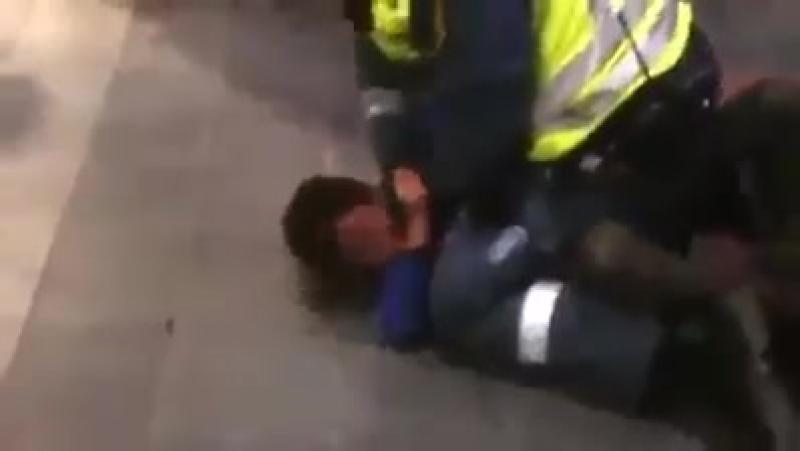 UN POLICIER ISRAELIEN ESSAYE DETRANGLER UN ENFANT PALESTINIEN