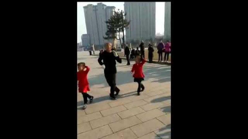 Мужчина и две маленькие девочки танцуют