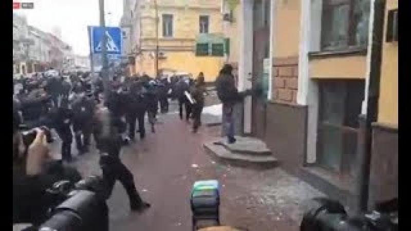 Националисты громят офис российского Сбербанка в Киеве. Опубликовано: 18 февр. 2018 г.