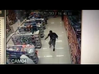 Полицейский с сыном на руках устроил перестрелку и застрелил грабителей.
