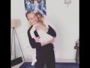 Мерьем Узерли танцует с дочкой