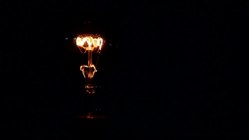 Лампочка включается и выключается. ФУТАЖ