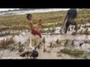 Камбоджа дети ловят удавов