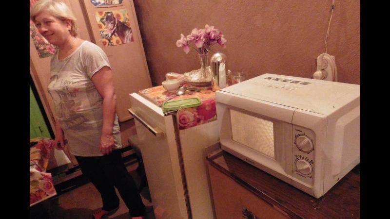 В МИКРОВОЛНОВКЕ разогревают обед в женск раздевалке работники 2 го ц