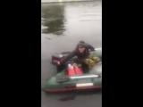 Волк из «Ну, погоди!» на лодке