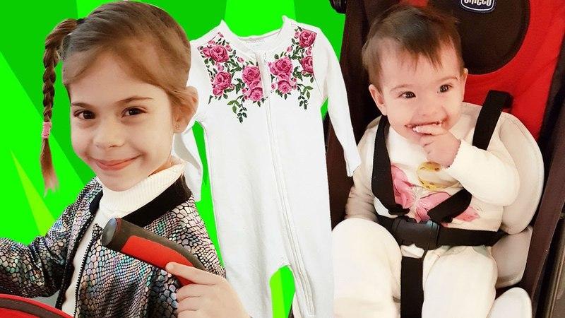 Bebekler için alışveriş. Elis Zaraya kıyafet alıyor