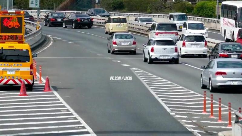 [ВАЦКИ] Кортеж министра Японии скромно въезжает в общий поток автомобилей.
