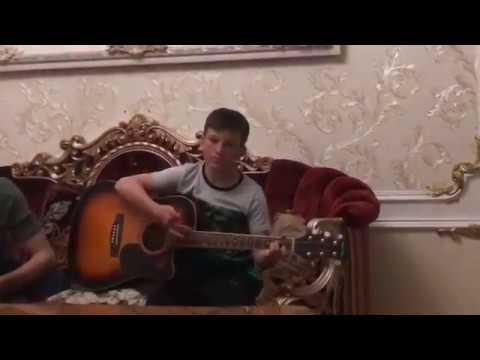 Юсуп Алиев играет на гитаре и поёт