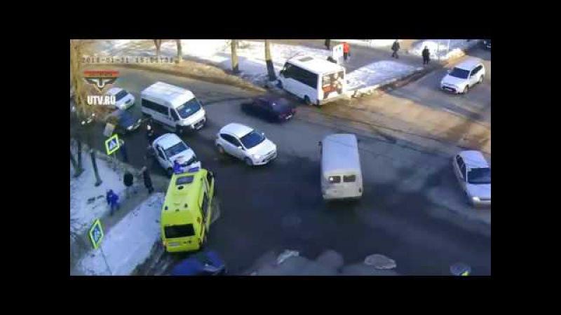 В Уфе маршрутный автобус после лобового столкновения едва не сбил пешеходов