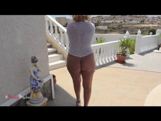 Зрелая сексуальная сорокалетняя блондинка мамка с толстой попкой милф sexy milf