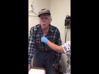 Смелый 93 летний мальчик боится своего первого укола