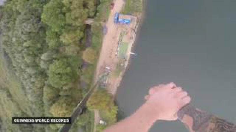 Британец обмакнул печенье в чай в прыжке с высоты 70 метров