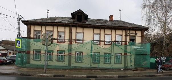 Реставрация, довольно необычная: деревянный дом обшили какой-то хуйнёй. Видимо, это невентилируемый фасад. Отодрать потом это будет сложновато, но возможно.  30 апреля 2018