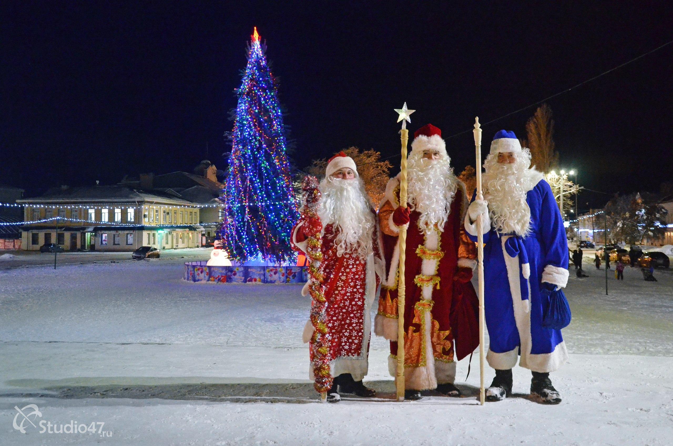 Деды Морозы на сцене площади Ленина