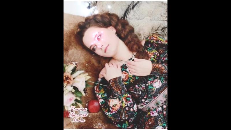 Платье с открытыми плечами в русском стиле Сказка