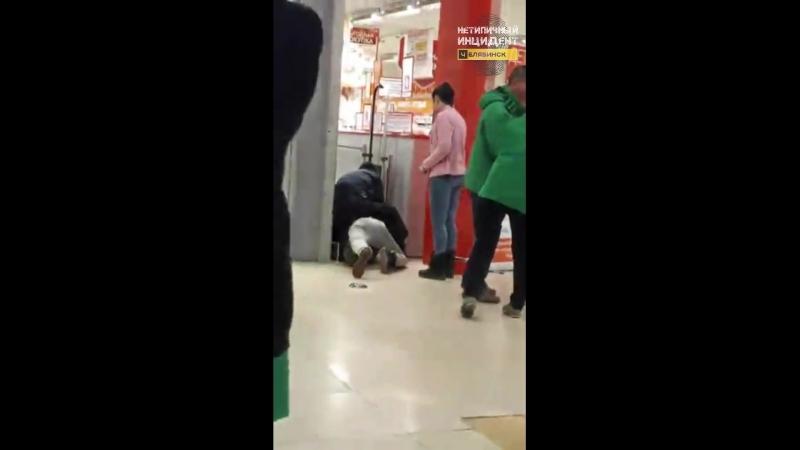 Охранники продуктового заковали в наручники посетителя. Челябинск (24.02.18)