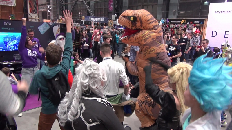Танцы у стенда-Достоевский, с Динозавром!